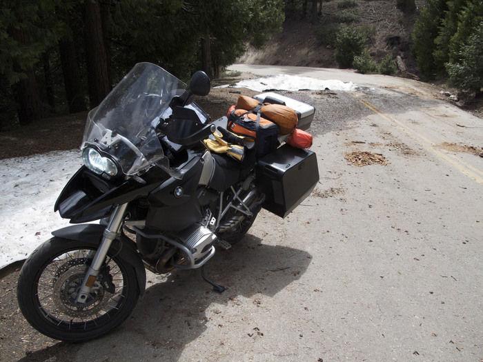 ソロキャンプに向かうバイク