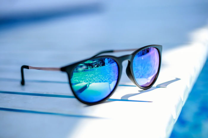 プールサイドにあるサングラス
