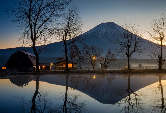 湖越しに富士山が見える写真