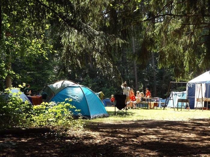 キャンプを楽しんでいる家族の写真