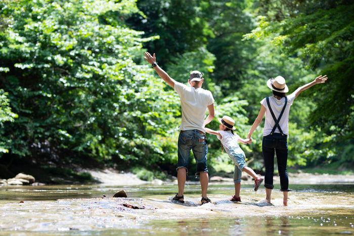 川で遊んでるいる家族の写真
