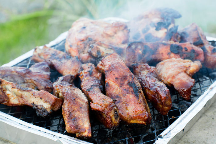グリル上で焼かれる肉