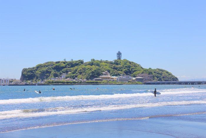 江ノ島の海と江ノ島の写真