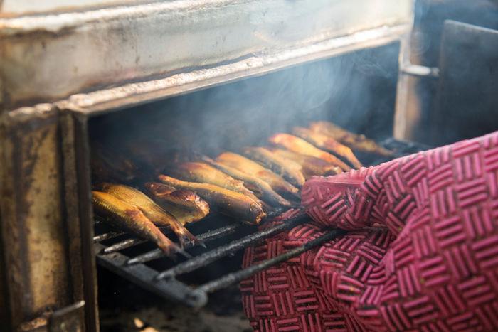 コンロで魚を焼いている写真