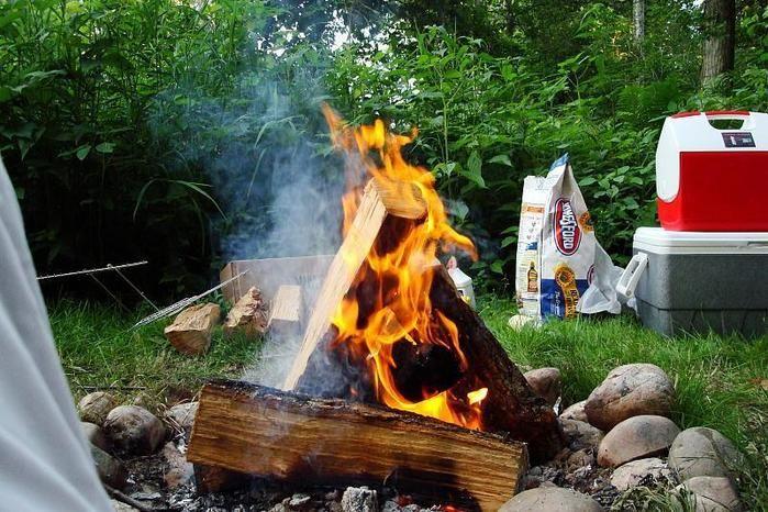 キャンプで焚き火をしている写真