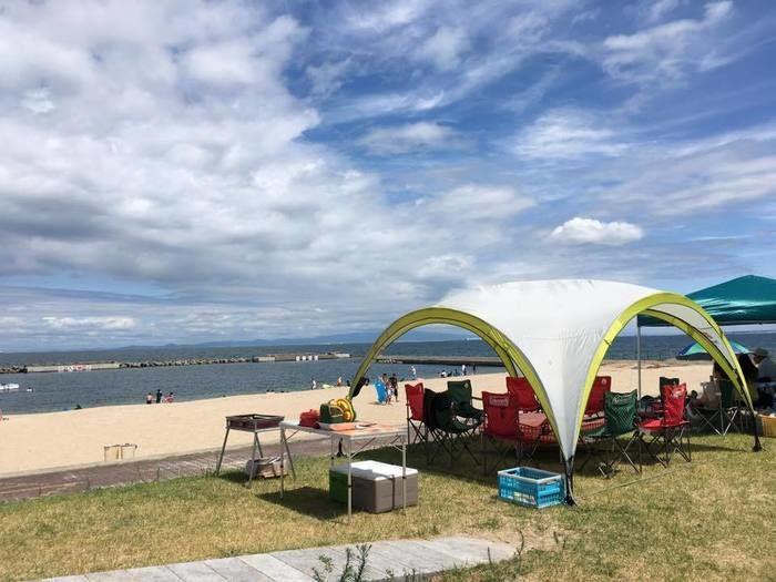海沿いに貼ってあるテントの写真