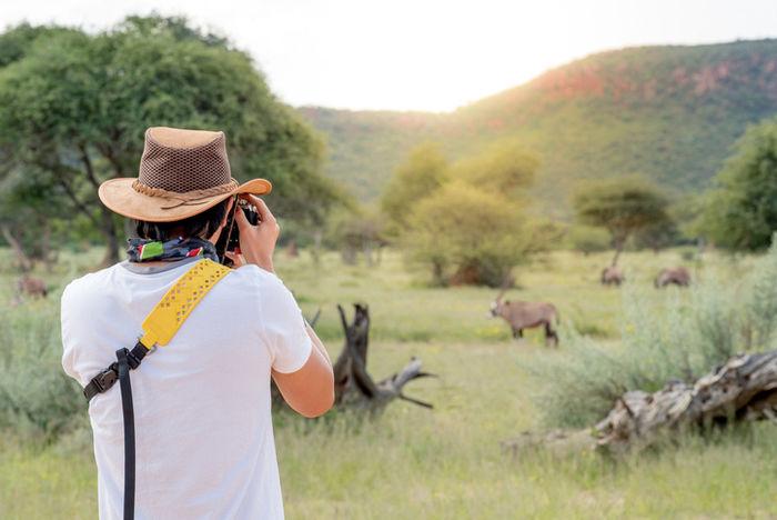 動物の写真撮影をする男性