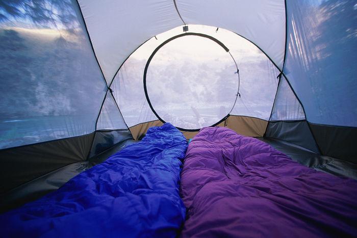 シュラフがしかれたテント