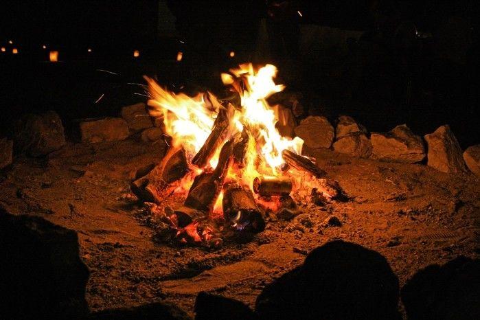 焚き火で薪が燃えている様子の写真