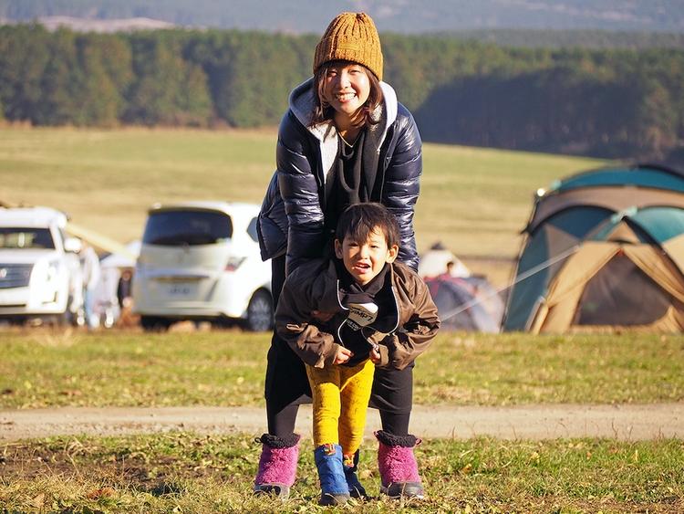キャンプ場で遊ぶ親子