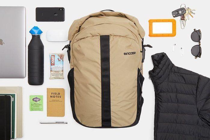 インケースのリュックとバッグの中身の写真