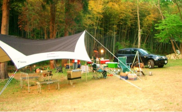 テントを立ててデイキャンプをしている様子の写真