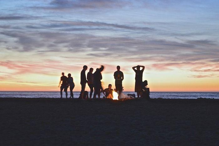 海岸で焚き火をしている男達