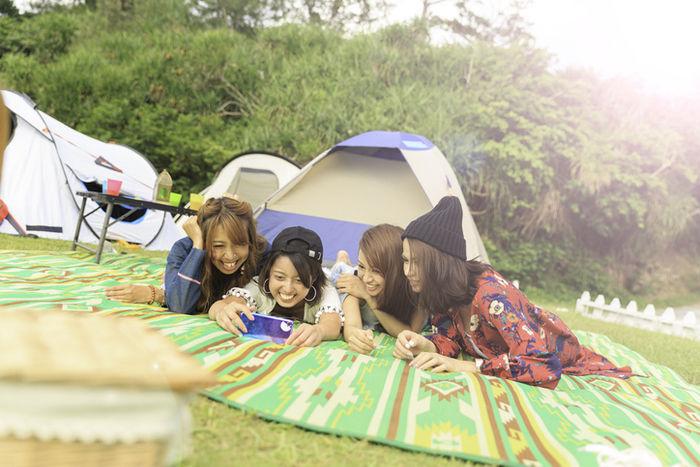 キャンプで盛り上がっている女性達
