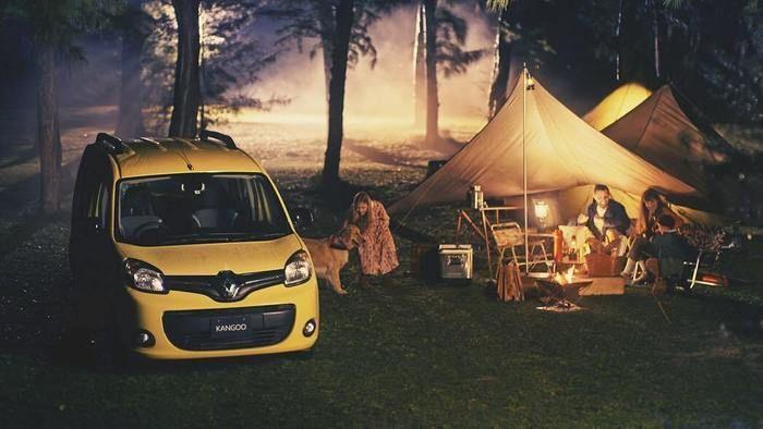 テントの横にルノーの車カングーが止まっている写真