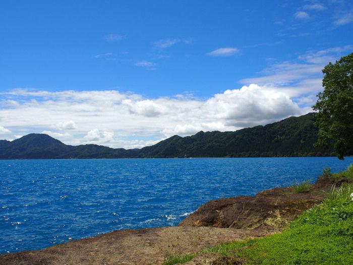 山と綺麗な海の写真