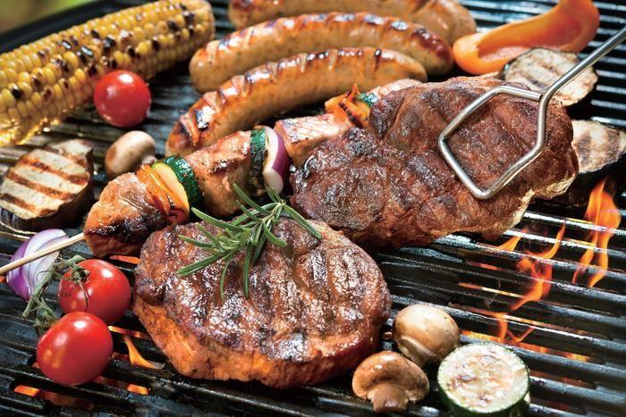 バーベキューで肉やウインナーを焼いている様子