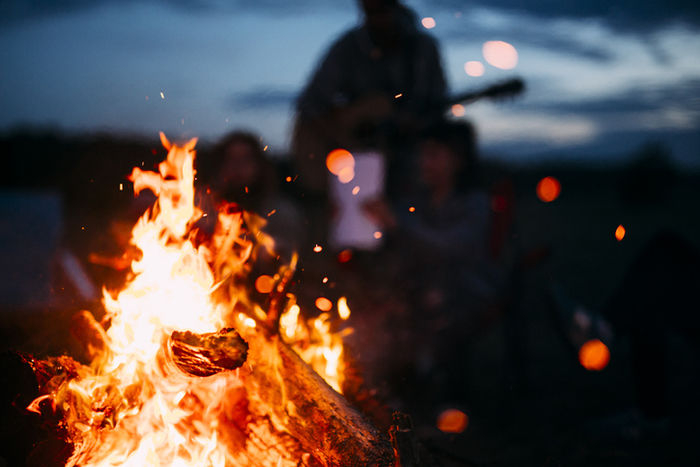 焚き火で激しい炎が上がっている写真