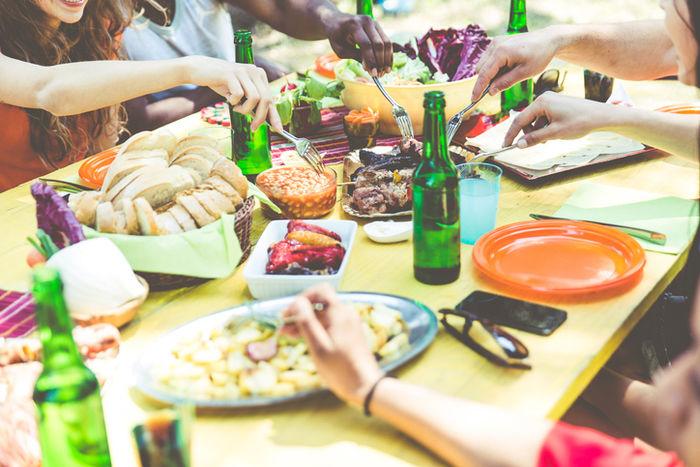 テラスで食事をしている人たちの写真