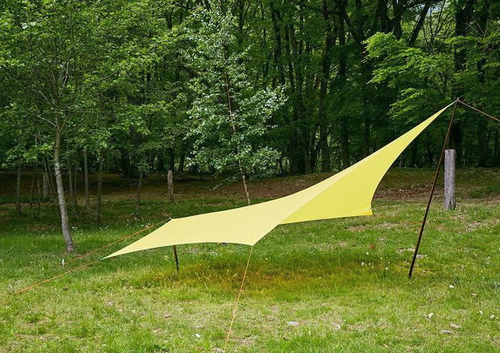 芝生のテントサイトに貼ってある黄色いタープテントの写真