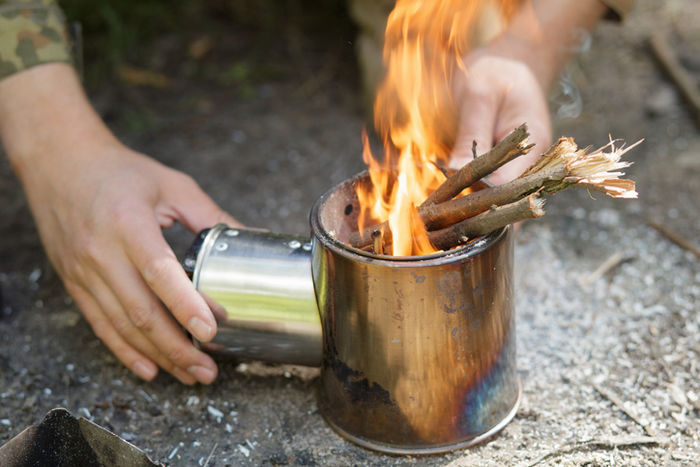 ポータブル薪ストーブで焚き火をしている様子の写真