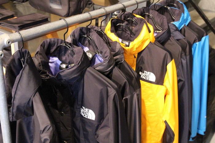 ノースフェイスのジャケットが並んでいる写真
