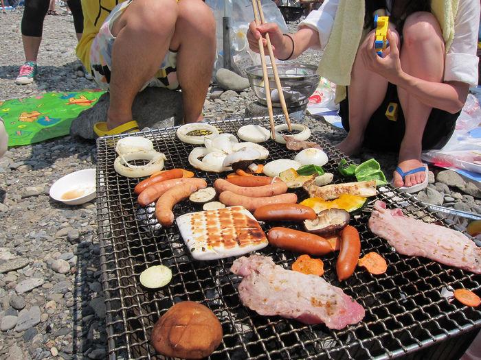 バーベキューの上で焼かれる食材
