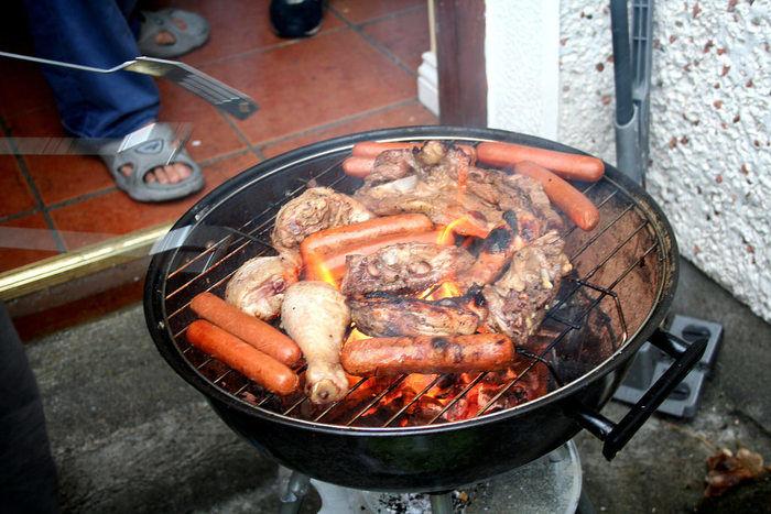 バーベキューコンロの上で焼かれる肉