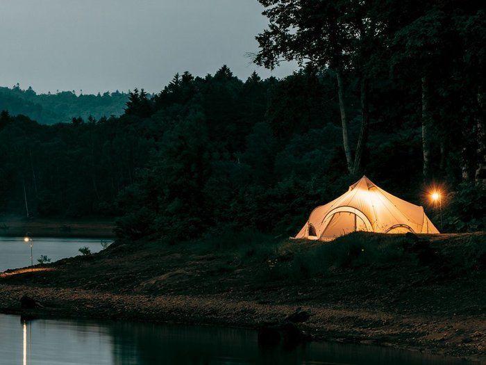 河川敷に張られているスノーピークのスピアヘッドテント