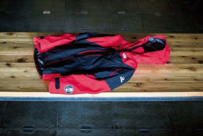 ベンチに置かれたコート