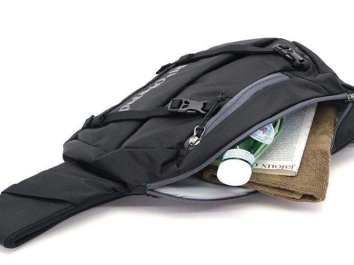 荷物を入れているパタゴニアのアトムバッグの写真
