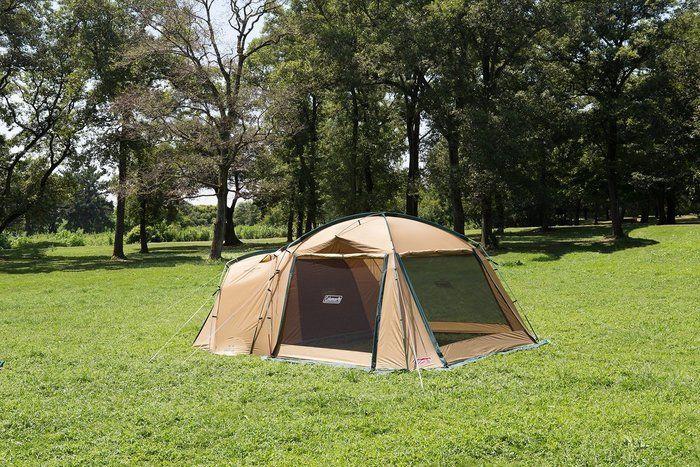 芝生の上に立つコールマンのテント