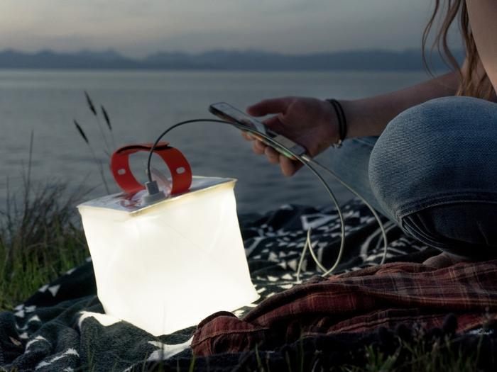 ケータイとランタンを繋いで光を灯している写真