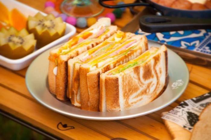 トーストした食パンが皿に乗っている写真