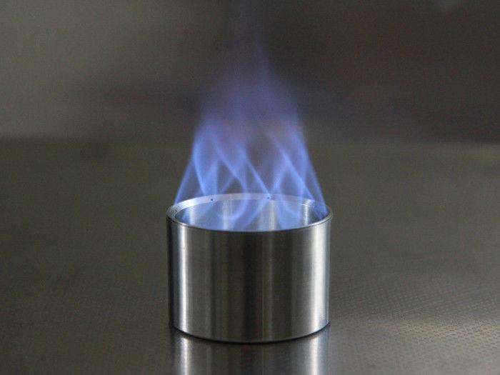 アルコールストーブから火が上がっている写真