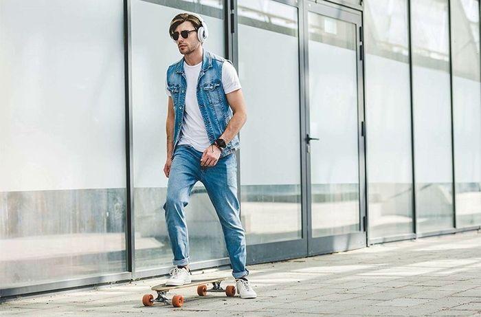 スマートウォッチをつけてスケボーを滑っている男性の写真