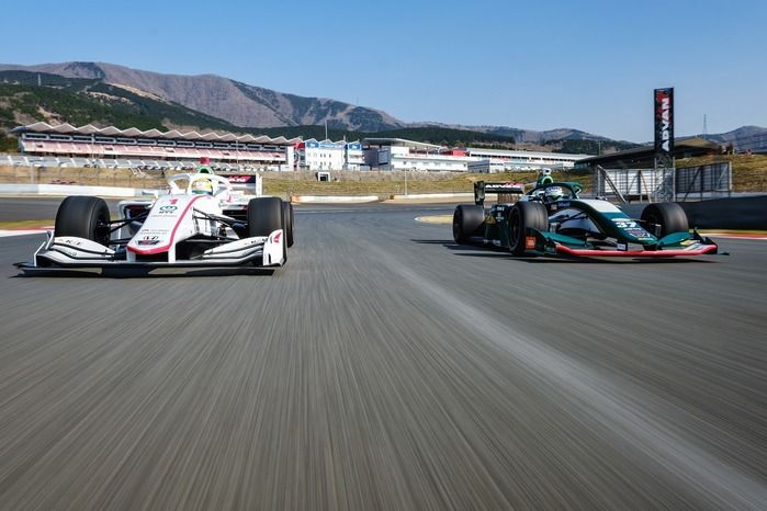 富士スピードウェイで走るレーシングカー