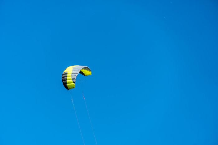 パラコードが空に飛んでいる様子