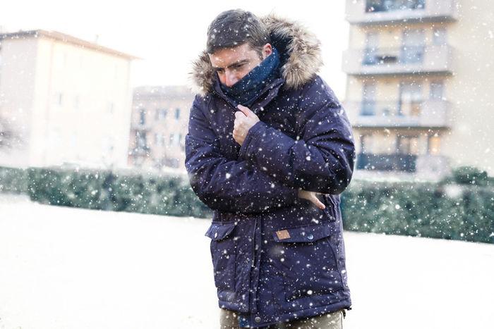 ノースフェイスのマクマードパーカを着た男性の写真