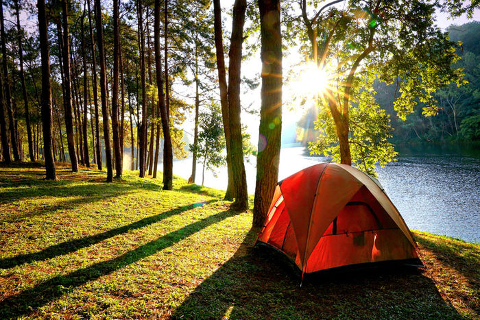 川の近くに貼ってあるテントの写真