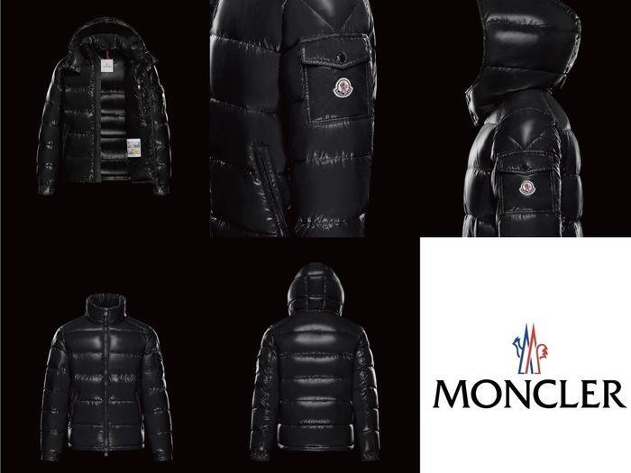 モンクレーの黒いダウンジャケット
