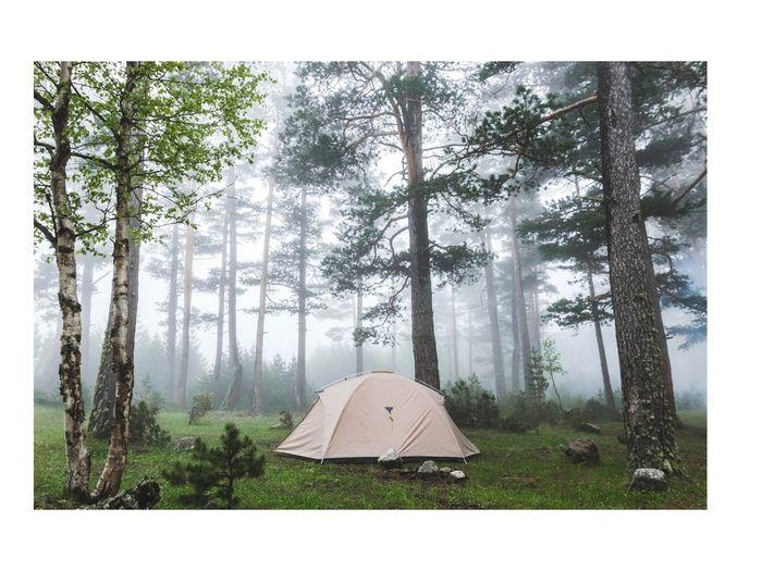 雨キャンプのお悩み対策!テント設営・撤収・片付けのコツを知っておこう! | キャンプ・アウトドア情報メディアhinata