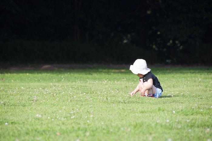 子供が帽子を被っている写真