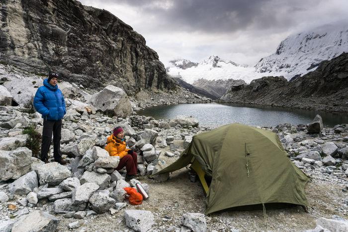 ダウンジャケットを着てキャンプしている写真