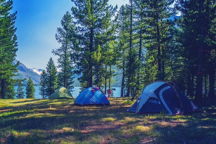 湖の近くに貼ってあるテントの写真