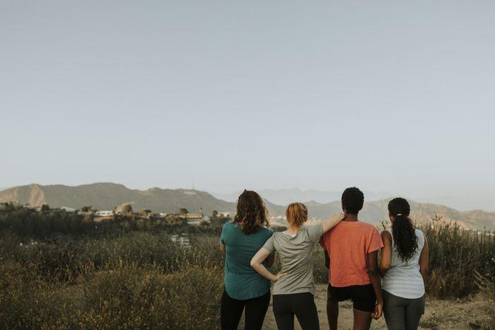 丘からの景色を見ている4人の女性