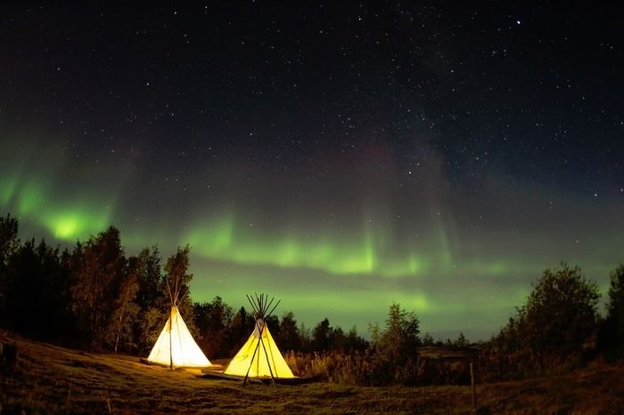 夜のオーロラの下に張っているテント