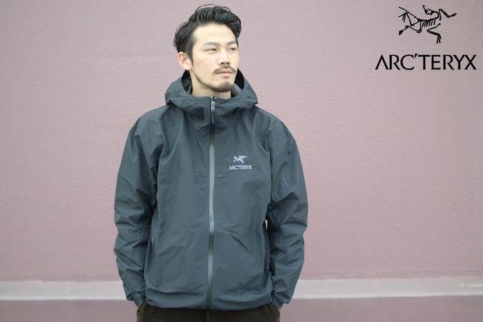 アークテリクスのマウンテンパーカを着た男性の写真