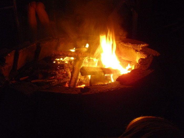 焚き火で炭が燃えている写真
