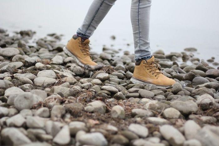 河原をブーツで歩く